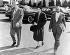 Rosa Parks (1913-2005), couturière américaine et activiste des droits civiques, se rendant en prison aux côtés de son avocat. Montgomery (Alabama, Etats-Unis), 2 février 1956. Image : Underwood Archives. © The Image Works/Roger-Viollet