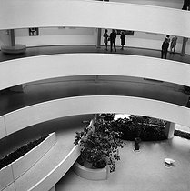 New York (United States). Interior of Solomon R. Guggenheim Museum (Frank Lloyd Wright architect, 1951) on the 5th Avenue. July 1967.$$$ © Anne Salaün / Roger-Viollet