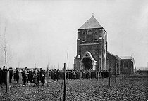 Polish migration in France. The exit of the Polish mass in Oignies (France). © Albert Harlingue / Roger-Viollet