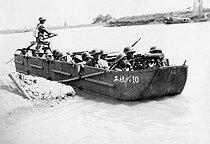 , Sino - Japanese War 1937-1941. Chinese boat armed with a machine gun patrolling on a river. © Roger-Viollet