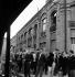 Grévistes devant les ateliers Citroën. Levallois-Perret (Hauts-de-Seine), 6 juillet 1955.  © Roger-Viollet