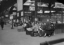 Holiday departure in a Parisian station. End of July, 1948.  © Roger-Viollet