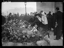 "Entombment of the Unknown Soldier under the Arc de Triomphe, place de l'Etoile. Paris (VIIIth arrondissement), on January 28, 1921. Photograph from the collections of the newspaper ""Excelsior"". © Excelsior – L'Equipe/Roger-Viollet"