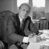Jean Daniel (1920-2020), journaliste et directeur du Nouvel Observateur chez lui. Paris, septembre 1986. © Kathleen Blumenfeld / Roger-Viollet