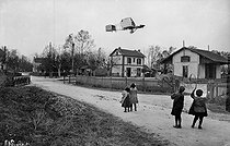 Henri Farman n° 1 biplane flying over the old station of Wez-Thuisy (Marne). Years 1900. © Neurdein/Roger-Viollet