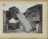 Usine municipale de fabrication de pavés en bois. Chute d'une pile de billes. Vers 1909. Paris, bibliothèque de l'Hôtel de Ville.  © BHdV/Roger-Viollet