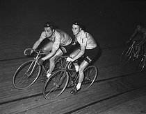 Ferdinando Terruzzi (1924-2014), Italian racing cyclist, and Jacques Anquetil (1934-1987), French racing cyclist, during the Six jours de Paris cycle race, at the Winter velodrome. Paris, 1957. © Roger-Viollet