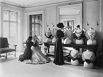 Le drapage du corsage chez Worth. Paris, 1907.    © Jacques Boyer/Roger-Viollet