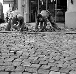 Pavage d'une rue. Paris, janvier 1977.      © Roger-Viollet