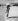 Jeune enfant essayant de manger une glace sur le sable chaud, août 1949. © TopFoto/Roger-Viollet