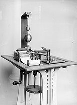 Meyer Pantelegraph (autographic telegraph), first fax device, put in service between Paris and Lyon in 1869. Musée des P.T.T., 1913. © Jacques Boyer/Roger-Viollet