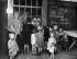 Emigrés russes dans le camp de réfugiés de Wünsdorf, aux environs de Berlin (Allemagne), 1924. Photographie de John Graudenz (1884-1942). © John Graudenz / Ullstein Bild / Roger-Viollet