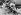 Le Père Noël entouré de jeunes femmes sur une plage. © TopFoto / Roger-Viollet