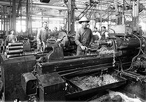 World War I. Chinese workers working in a French weapon factory. Shell turning. © Collection Roger-Viollet / Roger-Viollet