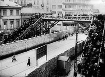 """World War II. Footbridge for the Jews connecting the """"Small Ghetto"""" to the """"Large Ghetto"""", over the Chlodna street, reserved for the Aryans. Warsaw, 1941-1942. © Roger-Viollet"""