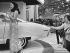 Jeune femme présentant un modèle de voiture lors d'un salon automobile. Etats-Unis, dans les années 1960-1970. Photographie de Charles Gatewood (1942-2016). © Charles Gatewood/The Image Works/Roger-Viollet