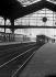 Gare Saint-Lazare, trains à quai. Paris (VIIIème arr.), 1935. Photographie de René Giton dit René-Jacques (1908-2003). Bibliothèque historique de la Ville de Paris. © René-Jacques/BHVP/Roger-Viollet