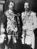 Le tsar Nicolas II de Russie (1868-1918) portant un uniforme militaire anglais et le roi George V d'Angleterre (1865-1936) portant un uniforme russe. Angleterre, 1915. © Underwood Archives/The Image Works/Roger-Viollet