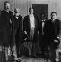 """Guerre russo-japonaise (1904-1905). Signature du traité de Portsmouth après des négociations de paix à l'initiative des Etats-Unis. Représentants du Japon et de la Russie reçus par Theodore Roosevelt (1858-1919), président des Etats-Unis, à bord du yach """"Mayflower"""". De g. à dr. : Serguei Witte (1858-1919), président du conseil des ministres russe, Friedrich Rosen (1856-1935), ambassadeur russe aux Etats-Unis, Theodore Roosevelt et les négociateurs japonais Komura Jutaro (1855-1911), ministre des affaires étrangères japonais, et Takahira Kogoro (1854-1926), ambassadeur japonais aux Etats-Unis. 5 août 1905. © Ullstein Bild / Roger-Viollet"""