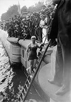 Swimming across Paris. Miss Curé, July 1913. © Maurice-Louis Branger / Roger-Viollet