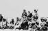Fuite après l'insurrection populaire contre l'occupation chinoise. Dalai Lama, chef ecclésiastique des tibétains, entouré par des gardes du corps, en route vers l'Inde. Himalaya, mars 1959. © Ullstein Bild/Roger-Viollet