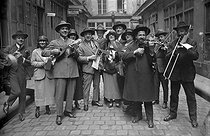 Musicians and singers of streets. Paris, about 1930. © Albert Harlingue/Roger-Viollet
