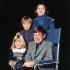 Stephen Hawking (né en 1942), mathématicien et physicien britannique, et ses enfants. Photographie de John Hedgecoe (1932-2010). © John Hedgecoe / TopFoto / Roger-Viollet