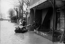 1910 Great Flood of Paris. Baker making his round aboard a small boat. Gennevilliers (France), 1910. © Maurice-Louis Branger/Roger-Viollet