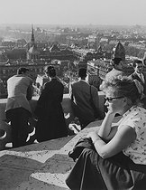 Young woman and visitors at the top of the left tower of Notre-Dame cathedral. Paris (IVth arrondissement), 1956. Photograph by Janine Niepce (1921-2007). © Janine Niepce/Roger-Viollet