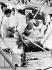 Indira Gandhi (1917-1984), femme politique indienne, jetant les cendres de son père Jawaharlal Nehru (1889-1964), homme d'Etat indien, en présence de ses enfants Rajiv Gandhi (1944-1991) et Sanjay Gandhi (1946-1980), hommes politiques indiens. New Delhi (Inde), 10 juin 1964. © TopFoto/Roger-Viollet