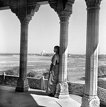 The Agra Fort. The golden pavilion with a view on the Taj Mahal and the Yamuna valley. Agra (India), March 1961. © Roger-Viollet