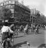 Guerre 1939-1945. Derniers jours de l'occupation, soldat allemand dirigeant la circulation pendant la grève des agents de police. Paris, après le 15 août 1944. © LAPI/Roger-Viollet