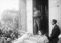 Louis-Ferdinand Céline (1894-1961), French writer, paying tribute to Emile Zola (1840-1902), in Zola's house in Medan (Yvelines), on October 1st, 1933.  © Albert Harlingue / Roger-Viollet