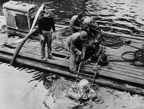 World War II. Front of Normandy, 1944. Deep-sea divers searching for wrecks. © Jacques Boyer/Roger-Viollet