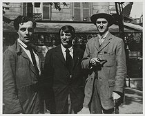 """From left to right : Amedeo Modigliani (1884-1920), Pablo Picasso (1881-1973) and André Salmon (1881-1969), in front of """"La Rotonde"""". Paris (VIth arrondissement), on August 12, 1916. Photograph by Jean Cocteau, from the book """"A Day with Picasso"""" (text by Billy Klüver),  album of 21 photographs about the Montparnasse district. Paris, musée Carnavalet. © Musée Carnavalet/Roger-Viollet"""