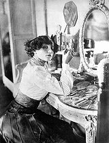 Colette (1873-1954), French writer, in her dressing room at the music hall, around 1906. © Roger-Viollet