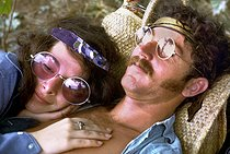 Couple se reposant pendant le festival de Woodstock. Bethel, New York. 1969. Photographie de Tom Miner. © Tom Miner / The Image Works / Roger-Viollet