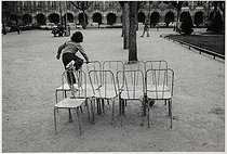 Child playing in the park of the place des Vosges. Paris (IVth arrondissement), 1975. Photograph by Léon Claude Vénézia (1941-2013). © Léon Claude Vénézia / Roger-Viollet