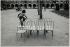 Enfant jouant place des Vosges. Paris (IVème arr.), 1975. Photographie de Léon Claude Vénézia (1941-2013). © Léon Claude Vénézia / Roger-Viollet