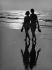 Couple se promenant sur une plage, 1966. © Pierre Berger/Ullstein Bild/Roger-Viollet