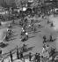 Guerre 1939-1945. Derniers jours de l'occupation, soldat allemand dirigeant la circulation pendant la grève des agents de police, Paris, 15 août 1944. © LAPI/Roger-Viollet