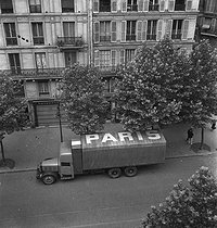 World War II. Lorry resupplying Paris displaying the inscription Paris on its canvas sheet in order to avoid Allied machine-gunning, July 27, 1944. © LAPI/Roger-Viollet