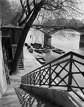 The river Seine. Stairs of the port du Louvre, towards the pont des Arts. Paris (Ist arrondissement). Photograph by René Giton known as René-Jacques (1908-2003). Bibliothèque historique de la Ville de Paris. © René-Jacques/BHVP/Roger-Viollet