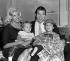 Jayne Mansfield (1933-1967), actrice américaine, son époux Mickey Hargitay (1926-2006) et deux de leurs enfants, Jayne Marie et Liklos. Aéroport de Londres (Angleterre), 16 décembre 1959. © PA Archive/Roger-Viollet