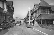 Street scene with the casino in the background. Deauville (Calvados), in the 1950's. © CAP / Roger-Viollet