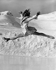 Patineuse faisant le grand écart, 1933. © Ullstein Bild/Roger-Viollet