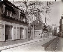 """""""Passy, vieille maison 18 rue Raynouard"""". Paris (XVIème arr.), 1901. Photographie d'Eugène Atget (1857-1927). Paris, musée Carnavalet. © Eugène Atget / Musée Carnavalet / Roger-Viollet"""