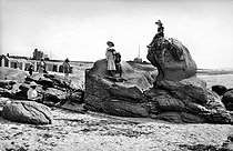 Beg-Meil (Finistère). Cliffs of the beach of dunes. The shaking stone. France, around 1900. © Neurdein / Roger-Viollet