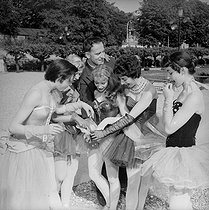 Boris Vian and the dancers of the Ballet Festival. Casino of Enghien, June 1955. © Studio Lipnitzki / Roger-Viollet
