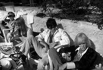 Keith Richards (born in 1943), English musician and guitarist of the Rolling Stones band, with Anita Pallenberg (1944-2017), Italian actress, model and fashion designer (on the right). Cannes Film Festival, 1967. © Roger-Viollet